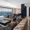 La Table Lapiaz de Boca do Lobo au cœur d'un opulent appartement.
